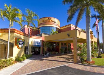 Exterior view of Crowne Plaza Fort Myers.