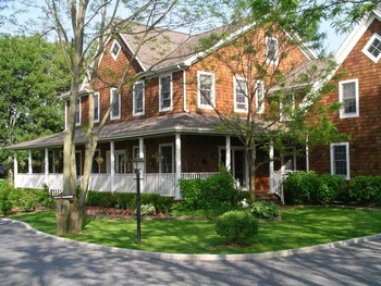 Exterior view of Harvest Inn Bed & Breakfast.