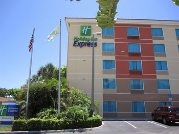 Exterior view of Holiday Inn Express.