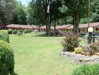 The Grounds at Rocky Waters Motel