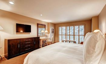 Guest bedroom at The Galatyn Lodge.