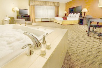 The jacuzzi suite at Holiday Inn Express Manassas.