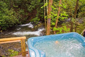 Outdoor hot tub at Cobbly Nob Rentals.