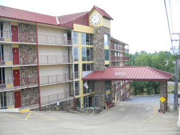 Exterior view of Ozark Mountain Inn.