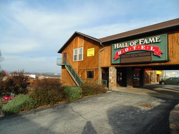 Exterior view of Hall of Fame Motel.