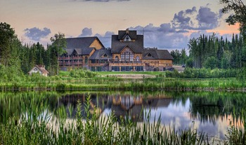 Exterior view of Elk Ridge Resort.