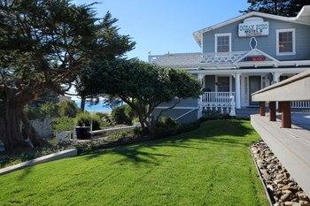 Exterior view of Ocean Echo Inn & Beach Cottages.