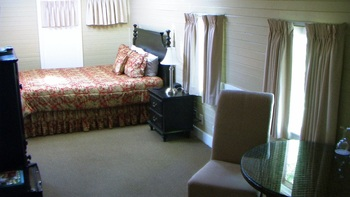 Guest room at Napa Valley Railway Inn.