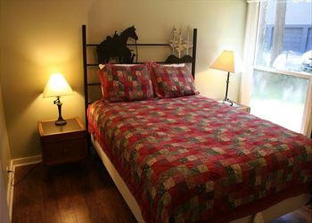Rental bedroom at Discover Sunriver Vacation Rentals.