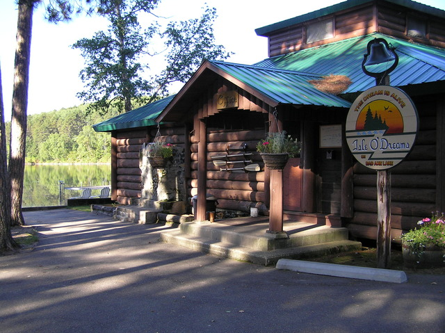 Outside view of the lodge at Isle O' Dreams Lodge.