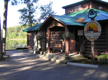 Outside view of the lodge at Isle O' Dreams Lodge.