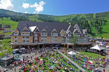 Exterior view of Schweitzer Mountain Resort and Selkirk Lodge.
