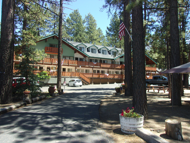 Honey bear lodge cabins big bear lake ca resort for Big bear retreat cabins