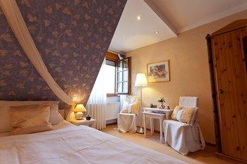Guest room at Weinhaus Weiler.