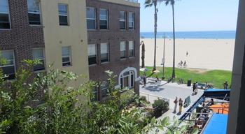 Exterior view of Su Casa At Venice Beach.