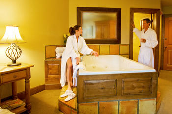King Suite jacuzzi at Rusty Parrot Lodge.