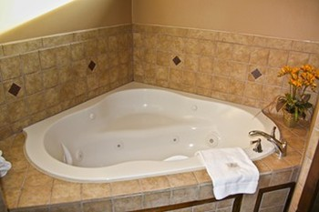Jacuzzi Tub at Water's Edge Inn