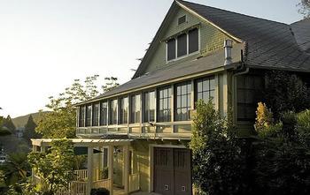 Exterior view of Barretta Gardens Inn.
