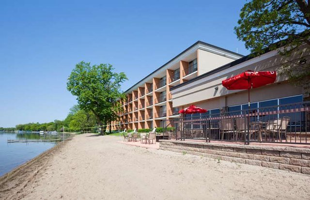Exterior view of Holiday Inn Detroit Lakes.