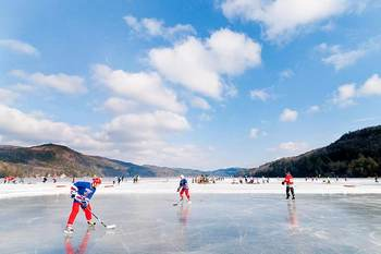 Ice hockey at Lake Morey Resort.