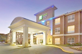 Front entrance at Holiday Inn Express Manassas.