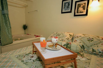 Guest room at Spicer Castle Inn.