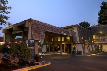 Exterior view of Red Lion Hotel Bend.