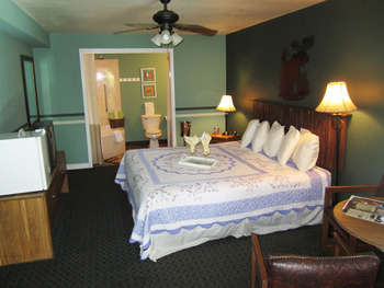 Guest bedroom at The Lodge At Eureka Springs.