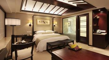 Guest room at Zhejiang World Trade Center Grand Hotel.