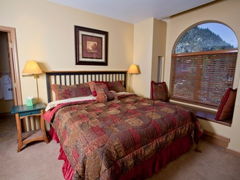 Guest room at Galena Street Mountain Inn.