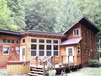 Exterior view of Cedar Loft Cabin at Mount Rainier.