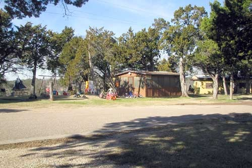 Lake limestone cabin rentals outside cabin in woods for Lake whitney cabins with hot tubs
