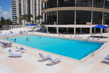 Vacation rental pool at MiaVac.