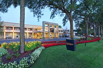 Exterior view of Radisson Hotel Detroit-Bloomfield Hills.