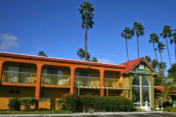 Exterior view of Vagabond Inn Costa Mesa.
