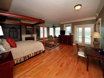 King suite at Southern Vacation Rentals.
