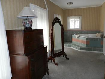Guest jacuzzi room at Oxen Yoke Inn.