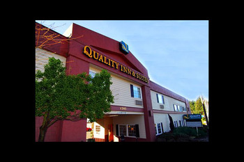 Exterior view of Quality Inn and Suites Bremerton.
