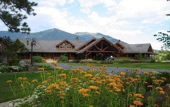 Exterior view of Glacier Mountain Lodge.