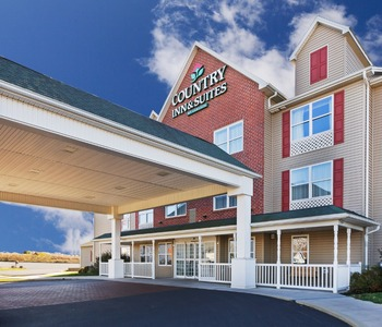 Front entrance at Country Inn & Suites Chambersburg.