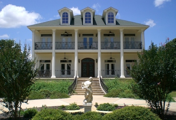 Exterior view of Belleoaks Bed & Breakfast.