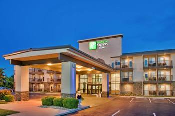 Exterior view of Branson 76 Central Holiday Inn Express.
