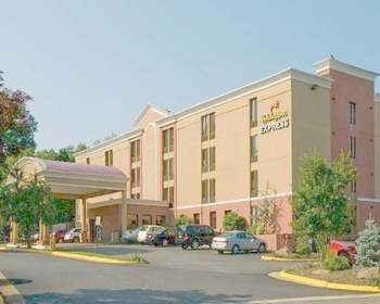Front entrance at Holiday Inn Express Fairfax.