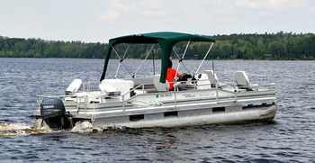 24' Pontoon on lake at Voyagaire Lodge and Houseboats.