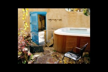 Jacuzzi at Casa Benavides Bed & Breakfast.