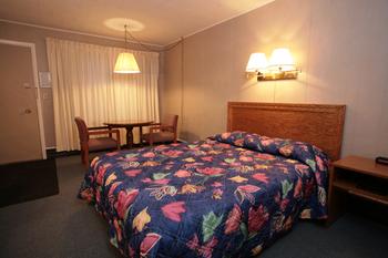 Guest room at Bluffs Inn Bessemer.