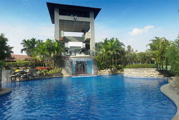 Outdoor pool at Angsana Oasis Spa & Resort.