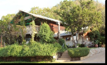 Exterior view of Robin's Nest Bed & Breakfast.