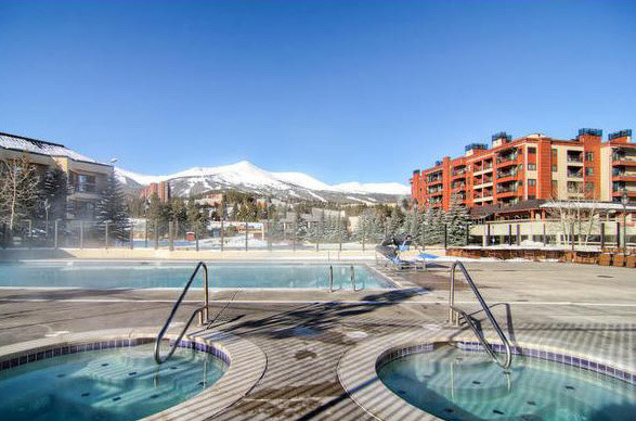 Grand Timber Lodge outdoor hot tubs at Breckenridge Discount Lodging.