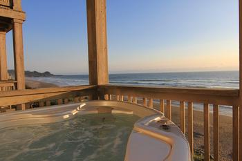 Vacation rental hot tub at Beachfront Vacation Rentals.